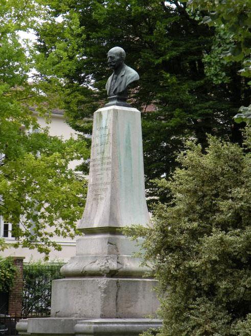 Dans un jardin public de Troyes, « la Vallée de Chevreuse », a été inauguré le samedi 6 décembre 1910, un très beau monument élevé en la mémoire de M. le Comte Adolphe de Launay, dû au ciseau du sculp
