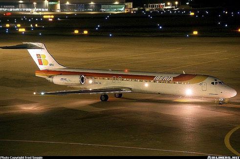 """Eine MD-87 der Iberia wartet mit voller """"Festbeleuchtung"""" auf/Courtesy: Fred Seggie"""