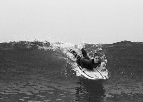Yogamami am Surfen in Portugal, Kobra auf dem Surfbrett