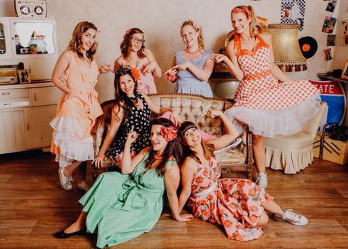 mit den PetticoatKleidern & Haarschmuck aus unserem 50iger Jahre Klamottenfundus seht ihr natürlich zauberhaft aus!