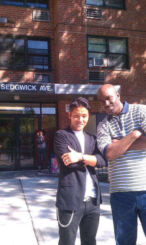 ■2013年8月■ Easy Mo Bee氏と「HIP HOP生誕の地」NEW YORK SEDGWICK Aveにて