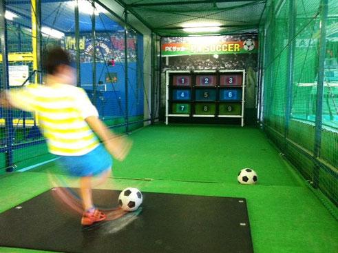 最後にサッカーシュートゲーム! 意外に上手でビックリ!さすが毎日やってるだけのことはある?!