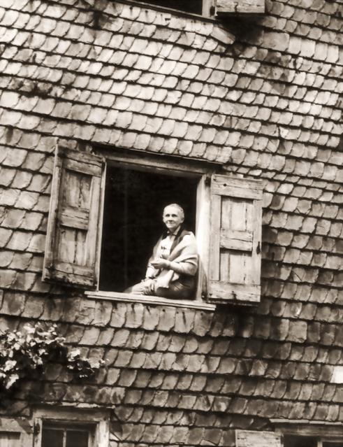 Erna Heinen-Steinhoff  am Fenster des großen Salons auf der Gartenseite des Schwarzen Hauses, 1958