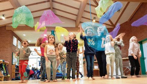 Einmal wöchentlich werden die Kindergartenkinder unter Anleitung von Michaela Thomée bewegt.