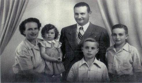 Dieses Foto zeigt Julius und Berny Hammerschlag gemeinsam mit ihren drei Kindern. Es wurde 1952 in Argentinien aufgenommen.