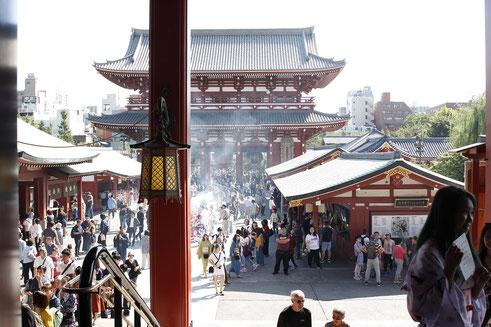 Senso-ji Tempel Tokio, Räucherstäbchen, Vorplatz