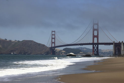 Die Golden Gate Bridge in San Francisco im Nebel, Spaziergang am Strand