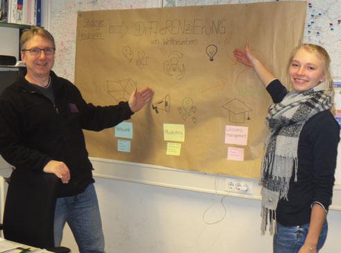 Thorsten Neumann mit der Studentin Sonja Schwabe bei der Ergebnispräsentation