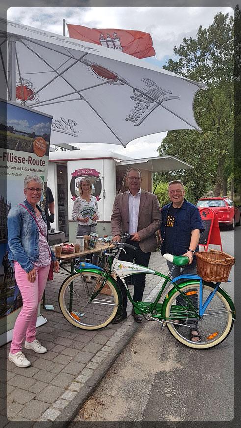 An der Dudel Bude: v.l.n.r. Birgit Lensing (Tourismus Schermbeck), Julia Jörgensen (Regionalmanagement LEADER), Dirk Buschmann (Bürgermeister von Hünxe), Matthias Berns (Reisejournalist und Blogger)
