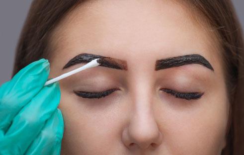 La belle Kosmetikstudio Augenbrauen faerben Farbe auftragen Behandlung