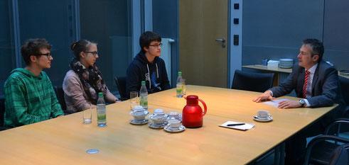 Dominik, Jana und Lukas (v. l.) im Gespräch mit Vorstandsvorsitzenden Peter Schleich