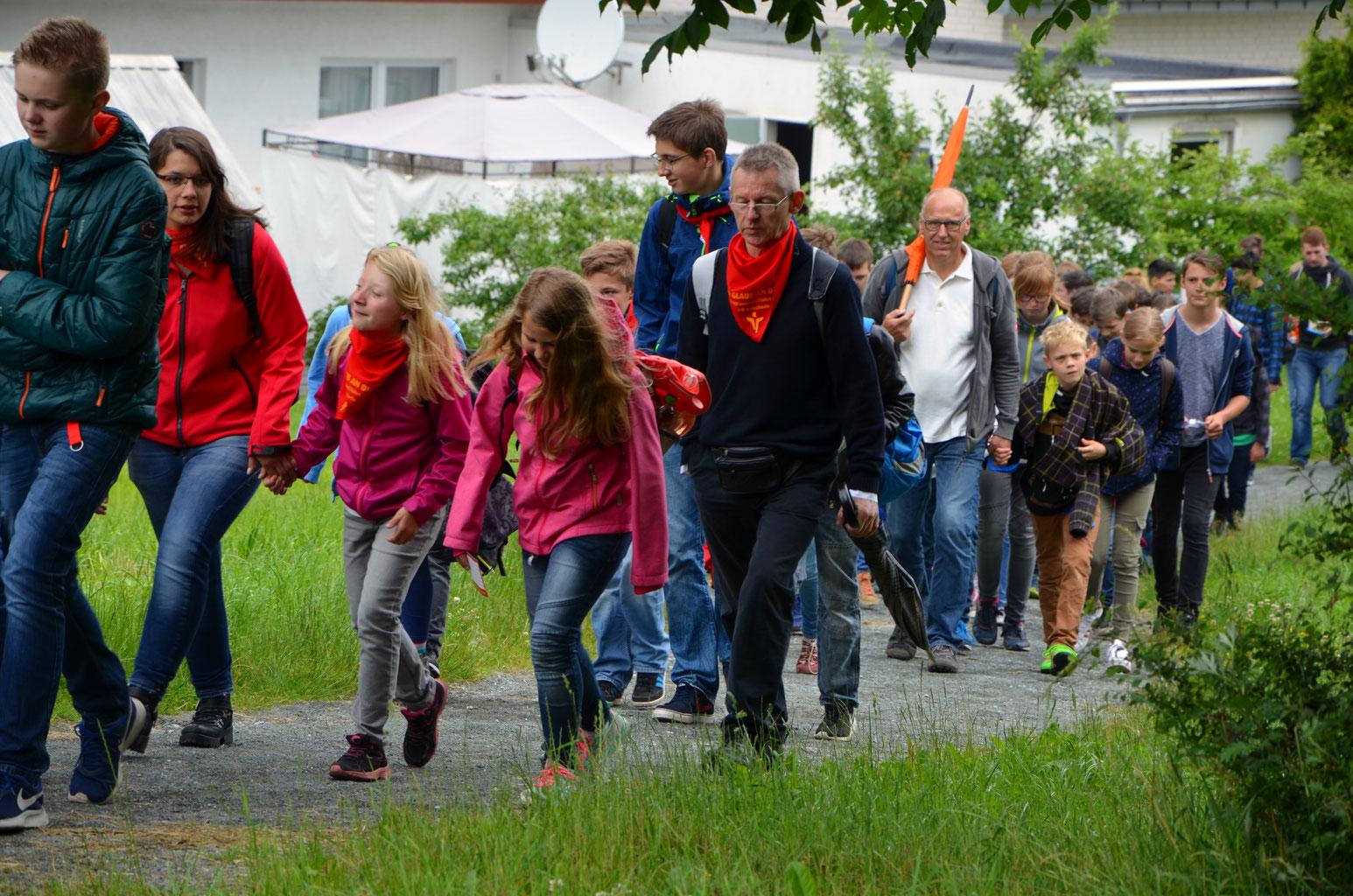 Pastor Reinhold Schlappa machte sich mit dem Messdienern auf dem Weg in die Innenstadt von Paderborn
