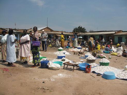 Vendita della cassava al mercato di Ingbokolo