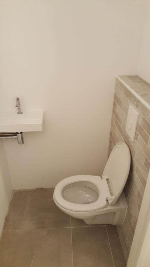 In dit huis zowel beneden als boven exact hetzelfde toilet gemaakt.