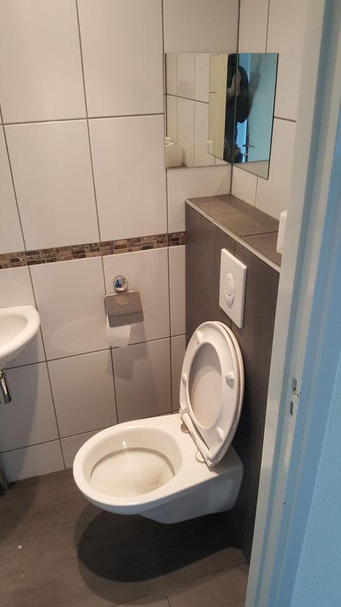 Bij deze klant het toilet omgedraaid voor een betere inloop, en daarna de ombouw en vloer opnieuw betegeld