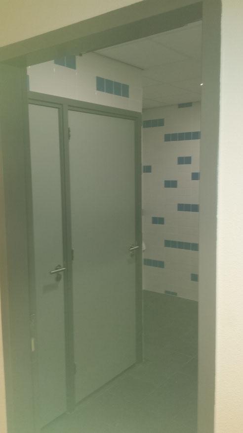 Heren toilet verbouwd met twee wc's en twee urinoirs
