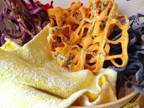 Couleurs et textures différentes (soie, laine, laine feutrée, tissu)