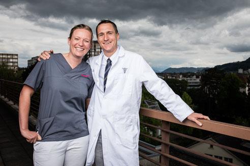 Oralchirurg Dr. Jörg Tschan aus der ZIKO mit Zahnärztin Nora Oelbermann