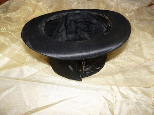Ein umgedrehter Hut (bereit mit Spenden gefüllt zu werden).