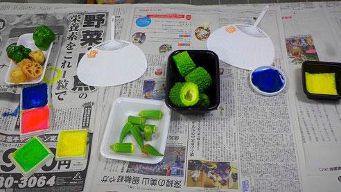 野菜のハンコでうちわに好みの模様をつけて、自分だけのうちわをつくります。