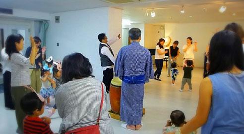 バンビーニクレアーレ幼児教室の夏祭りで、リトミックの一環として楽しく盆踊りをしました。を