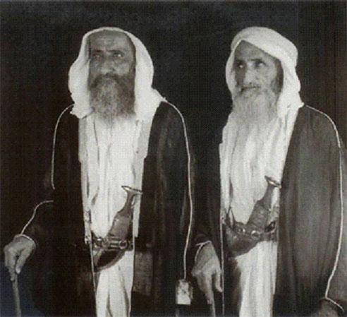 LES EMIRS SAEED II (droite) et JUMA ( gauche) AL MAKTOUM, LES GRANDS-PARENTS MATERNEL et PATERNEL DE SHEIKHA HIND AL MAKTOUM.
