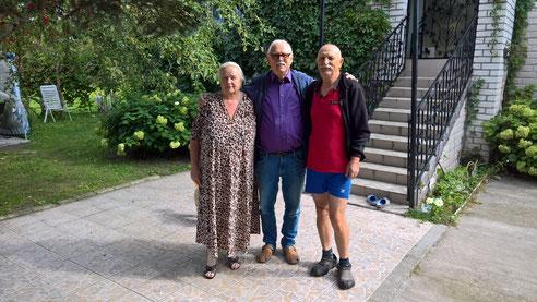 Maya, Volodya und Gerd vor dem Haus von Voladya. Seit dem ersten Einsatz vor 5 Jahren sind sie Freunde geworden..