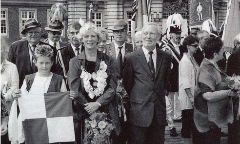 Unsere Königin 2003 vorm Schloss nach dem Umzug zum Stadtschützenfest