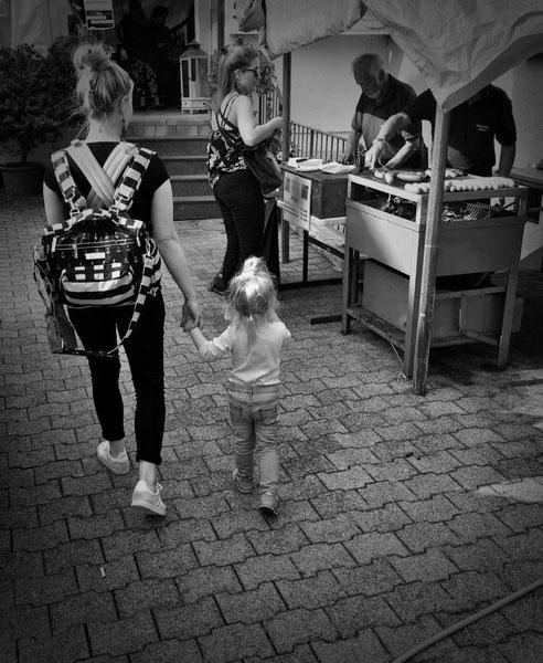Yogamami mit zweijähriger Tochter, ähnliches Gangbild, ähnliche Frisur, wir sind Vorbilder
