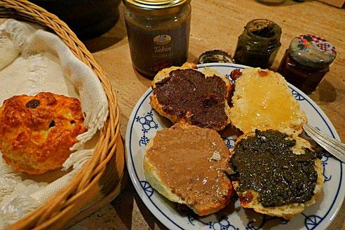 basisches Frühstück mit Quarkbrötchen mit Nuss-Schoko-Aufstrich, Honig, u.a.
