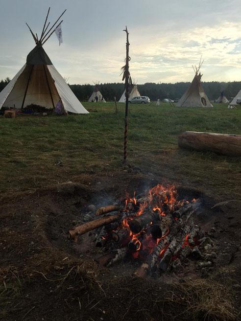 キャンプの開催中、ファイアキーパーがひとときたりと火を絶やさない。燃え残りの薪で、来年の火を繋いでいくという。このキャンプに欠かせない聖なるファイアサークル。