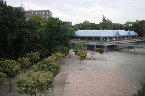 Schulhof und Sporthalle