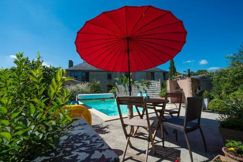 Location de vacances avec piscine, au bord de la rivière Evre