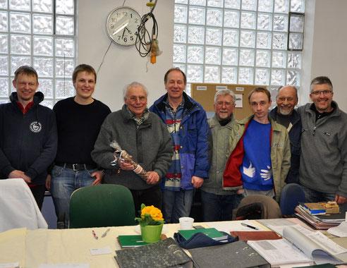 Prüfer Arnold Klapp und einige JNP-Helfer