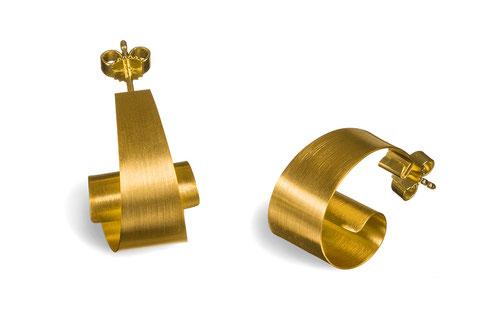 Die wunderbar leichten und geschwungenen Ohrstecker ONDINE sind außergewöhnlich und stilvoll und gleichzeitig angenehm dezent. Das goldplattierte Silber reflektiert seidig glänzend das Licht. Durch die Windung entsteht ein raffiniertes Spiel aus Licht.