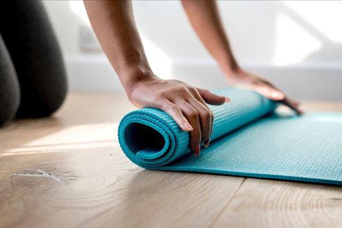 Zu Hause die Yogamatten ausrollen mit Yoga Mio Halle
