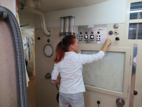 Herrin über die Maschine: Frau Jacob regelt Luft- und Dampfzufuhr