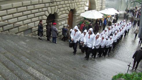Die Trychlergruppe Meggen beim Stadtumzug 2015 trychelt auf der Rathaustreppe in Luzern