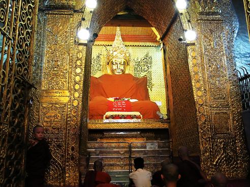 Zeremoniell gekleidete Buddha-Statue im Inneren der Mahamuni-Pagode