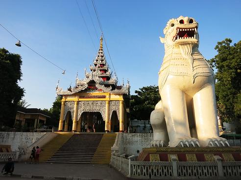 Treppenaufstieg zum Mandalay Berg