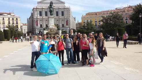 Gruppenfoto mit dem Tourguide von Leaf Madrid  vor dem Opernhaus.