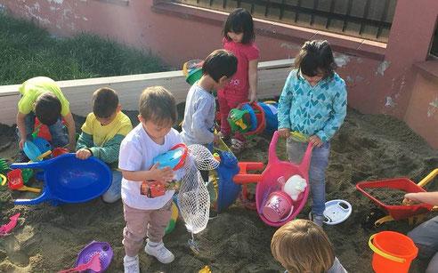 Die Kinder spielen ausgelassen auf dem Hof vom Kinderhaus