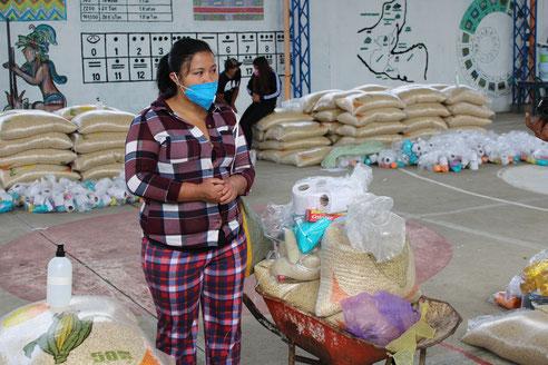 Die Pakete decken den Nahrungsmittelbedarf einer fünfköpfigen Familie für einen Monat