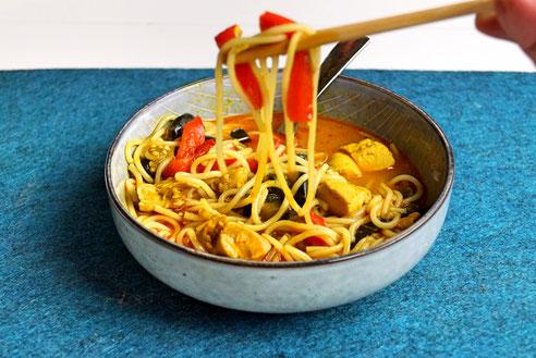 Gelbes Thai-Curry mit Huhn und Aubergine.