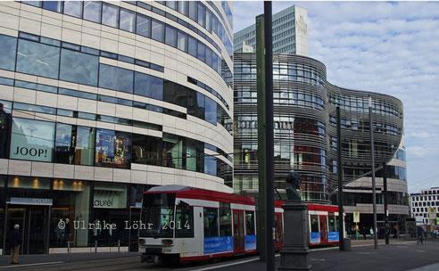 Kö-Bogen mit Strassenbahn
