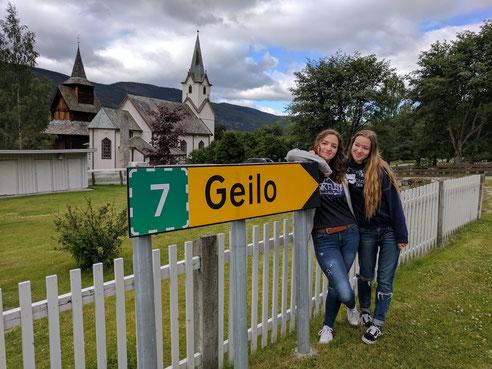 Rebecca Kronseder (links) und Annika Reiß stiessen bei einer Norwegenreise auf ungewöhnliche Dorfnamen...