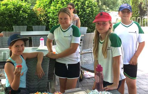 Erschöpft von der Hitze: Mia Kempter, Lena Halank, Miriam Fries und Noah Eissele