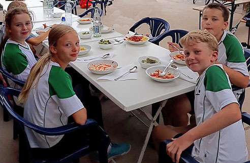 Beim Abschluss-Essen: Sarah Neubert, Miriam Fries, Tom Prahst und Noah Eißele