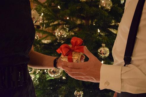 Bild: Weihnachtsbaum und Weihnachtsgeschenken von Morent Exclusive Accessoires Berlin