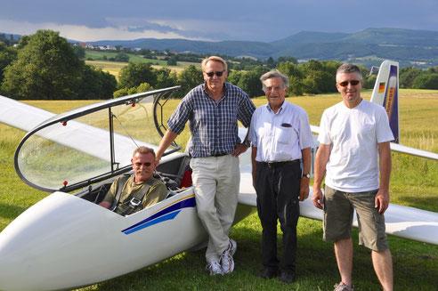 Ulrich Schwenger mit Fluglehrer Thomas Lückert und Heinz und Andreas Wagner
